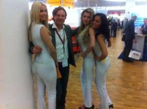 Ralf Maciejewski von content.de mit weiblichen Fans auf der Internet Word