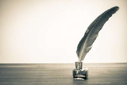 Fotolia - Vintage background with quill pen and inkwell on table© brat82