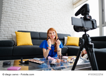 Eine Influencerin während einer Videoaufnahme.